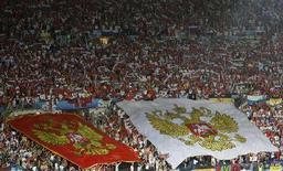 <p>Российские болельщики на матче 1/2 финала Евро-2008 против команды Испании в Вене 26 июня 2008 года. Сегодня состоялась жеребьевка 1/16 Кубка России по футболу. (REUTERS/Christian Charisius)</p>