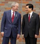 <p>Il presidente americano George W. Bush con il suo omologo cinese Hu Jintao durante il vertice del G8. REUTERS/Jim Young (JAPAN)</p>