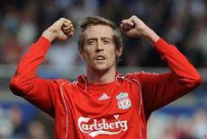 """<p>Нападающий """"Ливерпуля"""" Питер Крауч радуется мячу, забитому в ворота """"Бирмингема"""", в чемпионате Англии в Бирмингеме 26 апреля 2008 года. Нападающий """"Ливерпуля"""" Питер Крауч близок к переходу в """"Портсмут"""", сообщил клуб из южной Англии в среду. (REUTERS/Toby Melville)</p>"""