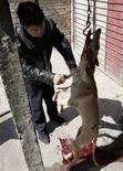 <p>Un uomo sgozza un cane nel cortile della sua casa a Pechino per poi cucinarlo.REUTERS/Reinhard Krause/Files</p>