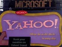 <p>L?insegna di Microsoft sopra quella di Yahoo a New York, il 19 maggio 2008. REUTERS/Joshua Lott</p>