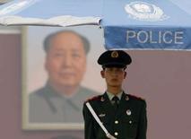 """<p>Place Tiananmen, à Pékin. Après avoir déployé des batteries de missiles, constitué une force antiterroriste de 100.000 hommes et dressé des points de contrôle dans les rues de Pékin, les autorités chinoises publient un """"manuel antiterroriste"""" rédigé par des experts pour informer le citoyen lambda de la marche à suivre face à des situations allant de la prise d'otages à l'attentat nucléaire, en passant par la fusillade ou l'incendie volontaire. /Photo prise le 11 juillet 2008/REUTERS/David Gray</p>"""