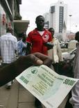 <p>A Harare, la capitale du Zimbabwe. La banque centrale du pays va mettre en circulation des billets de 100 milliards de dollars zimbabwéens, dans le cadre d'une lutte désespérée contre l'hyperinflation. /Photo d'archives/REUTERS/Philimon Bulawayo</p>
