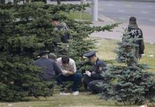 <p>Сотрудники правоохранительных органов осматривают место взрыва в Минске 4 июля 2008 года. Несколько белорусских оппозиционных активистов, которые были задержаны в рамках расследования взрыва в Минске 4 июля, в пятницу отпущены на свободу без предъявления им обвинения, сказала Рейтер заместитель председателя Объединения белорусов мира Нина Шидловская. (REUTERS/Vasily Fedosenko)</p>