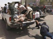 <p>Иракская полиция эвакуирует пострадавших в результате взрыва боевика смертника в Киркуке, 28 июля 2008 года. Как минимум пятьдесят человек погибли и еще 250 были ранены в результате взрывов в иракской столице и Киркуке в понедельник, прогремевших несмотря на усиленные меры безопасности и в период самого низкого уровня насилия с 2004 года. (REUTERS/Stringer)</p>