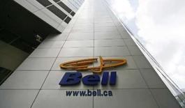 <p>Le groupe canadien BCE annonce son intention de supprimer 2.500 emplois dans le management de sa principale compagnie de téléphonie, Bell Canada, afin de réduire ses coûts en prévision de son rachat en LBO par plusieurs fonds d'investissement pour 34,8 milliards de dollars canadiens, soit le plus important LBO de l'histoire. /Photo prise le 20 juin 2008/REUTERS/Shaun Best</p>