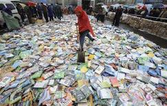 <p>Контрафактные диски DVD на площади города Тайюань в провинции Шаньси 20 апреля 2008 года. Мир переоценивает количество контрафактных товаров, произведенных в Китае, сказал директор Государственного агентства по интеллектуальной собственности Инь Синьтянь, и назвал причиной эпидемии контрафакта жадность производителей лицензионных товаров. (REUTERS/Stringer)</p>