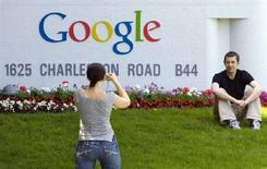 <p>Un turista si fa fotografare davanti al quartier generale di Google a Mountain View, in California, l'8 maggio scorso. REUTERS/Kimberly White</p>