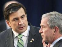 <p>Президент Грузии Михаил Саакашвили (слева) говрит с президентом США Джорджем Бушем на саммите НАТО в Бухаресте 3 апреля 2008 года. США поддерживают территориальную целостность Грузии и призывают к немедленному прекращению огня в самопровозглашенной республике Южная Осетия, сообщил представитель государственного департамента США Гонсало Галльегос. (REUTERS/Oleg Popov)</p>