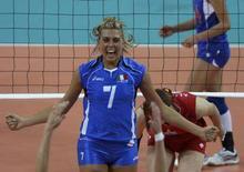<p>L'italiana Martina Guiggi festeggia la vittoria contro la Russia della Nazionale femminile di pallavolo alle Olimpiadi di Pechino. REUTERS/Alexander Demianchuk</p>