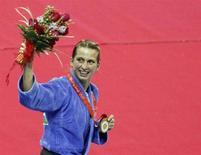<p>Алина Думитру после церемонии награждения, Пекин, 9 августа 2008 года. Румынка Алина Думитру стала золотым призером в соревнованиях по дзюдо среди женщин в весовой категории до 48 килограммов. REUTERS/Jessica Rinaldi (CHINA)</p>