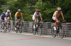 <p>Самуэль Санчес (справа) лидирует в велогонке, Пекин, 9 августа 2008 года. Обладателем золотой олимпийской медали в соревнованиях по велоспорту в мужской групповой гонке стал Самуэль Санчес. (REUTERS/Jamie Squire/Pool)</p>
