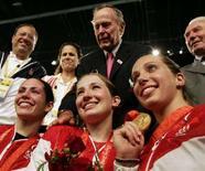 <p>Слева направо: Сейда Джекобсон, Ребекка Уорд и Мариел Загунис позируют после соревнований, Пекин, 9 августа 2008 года. В индивидуальном турнире по фехтованию на саблях среди женщин все три медали достались спортсменкам из США. (REUTERS/Aly Song)</p>