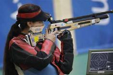 <p>Серебряная медалистка Любовь Галкина во время соревнований, Пекин, 9 августе 2008 года. Катерина Эммонс из Чехии стала первой в соревнованиях по стрельбе из пневматической винтовки на дистанции 10 метров. (REUTERS/Hannibal Hanschke)</p>