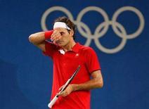 <p>Lo svizzero Roger Federer durante il match contro lo statunitense James Blake nei quarti di finale del torneo olimpico a Pechino, il 14 agosto 2008. REUTERS/Eric Gaillard</p>