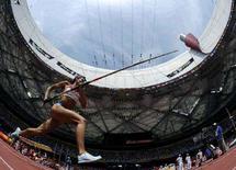 <p>Россиянка Елена Исинбаева готовится к прыжку на Олимпиаде в Китае, 16 августа 2008 года. Исинбаева, как и предсказывалось, в понедельник завоевала золотую медаль в прыжках с шестом на Олимпийских играх в Пекине. REUTERS/Kai Pfaffenbach (CHINA)</p>