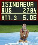 <p>La russa Yelena Isinbayeva esulta dopo aver battuto il record mondiale nella finale di salto in alto alle Olimpiadi di Pechino. REUTERS/Jerry Lampen</p>