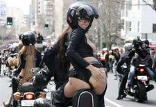 """<p>La parata annuale """"Boobs on Bikes"""" lungo Queen Street, ad Auckland, nell'edizione dell'agosto 2006. REUTERS/Nigel Marple (Nuova Zelanda)</p>"""