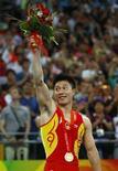 <p>Китайский гимнаст Ли Сяопен радуется золотой медали в упражнениях на брусьях в Пекине 19 августа 2008 года. Сороковую золотую медаль для олимпийской сборной Китая завоевал гимнаст Ли Сяопен в упражнениях на брусьях. (REUTERS/Hans Deryk)</p>