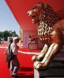 <p>L'ingresso del Palazzo del Cinema al Lido di Venezia. REUTERS/Denis Balibouse</p>