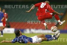 <p>Сборные Уэльса и Азербайджана в отборочном матче к чемпионату мира 2010 года в Кардиффе, 6 сентября 2008 года. Результаты отборочных матчей чемпионата мира 2010 года, состоявшихся в субботу вечером. REUTERS/Andrew Winning (BRITAIN)</p>