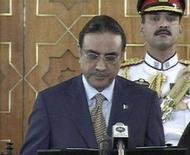 <p>Кадр из видеозаписи, на которой запечатлен Азиф Али Зардари, приносящий присягу в качестве президента Пакистана 9 сентября 2008 года. Азиф Али Зардари - супруг убитой в прошлом году экс-премьера Пакистана Беназир Бхутто - во вторник принес присягу в качестве президента страны. REUTERS/PTV via Reuters TV (PAKISTAN)</p>