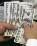 <p>Сотрудник Korea Exchange Bank пересчитывает купюры достоинством в 100 долларов США в Сеуле 3 сентября 2008 года. Приток иностранных инвестиций в Грузию, резко сократившийся на фоне войны с Россией в августе 2008 года, постепенно возобновляется, сказал премьер-министр Грузии Ладо Гургенидзе. REUTERS/Jo Yong-Hak (SOUTH KOREA)</p>
