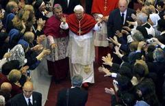 <p>Papa Benedetto XVI oggi durante la vista alla cattedrale di Albano, nei pressi di Roma. REUTERS/Dario Pignatelli</p>