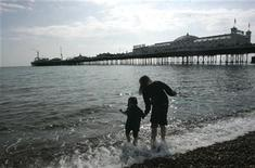 <p>Children play in the sea in warm Easter weather on Brighton beach in southern England April 7, 2007. REUTERS/Luke MacGregor</p>