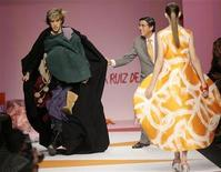 <p>British actor Sacha Baron Cohen (L) appears on the catwalk during the Agatha Ruiz De La Prada Spring/Summer 2009 women's collection during Milan Fashion Week September 26, 2008. Baron Cohen, best known for his eccentric character Borat, burst onto the catwalk at Agatha Ruiz De La Prada's show in Milan on Friday, bringing it to a halt as security guards stepped in. REUTERS/Alessandro Garofalo</p>