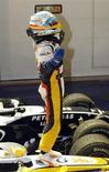 <p>Piloto da Renault Fernando Alonso comemora vitória no GP de Cingapura, no domingo. REUTERS/Tim Wimborne</p>