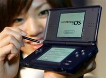 <p>Modelo mostra Nintendo DS Lite em Tóquio. A companhia deve lançar ainda este ano uma versão do aparelho equipada com câmera.</p>