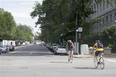 <p>Two cyclists ride along the 15th Street North West in Washington June 11, 2008. REUTERS/Hyungwon Kang</p>