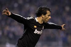<p>Van Nistelrooy, do Real Madrid, comemora seu gol na vitória de 2 x 1 do clube espanhol sobre o Zenit, pela Liga dos Campeões, em São Petersburgo, nesta terça-feira. REUTERS/ Alexander Demianchuk</p>