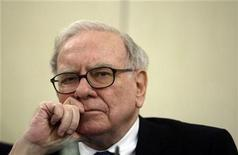 <p>Investor Warren Buffett listens to a question during a news conference in Madrid May 21, 2008. REUTERS/Andrea Comas</p>
