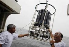 <p>Científicos toman muestras de agua en el puerto de Callao en la costa del Oceáno Pacífico peruano, 2 oct 2008. REUTERS/Mariana Bazo (PERU)</p>