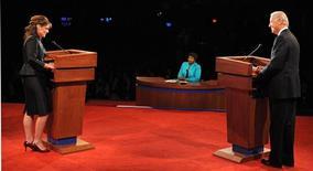 <p>Los candidatos a la vicepresidencia estadounidenses la republicana, Sarah Palin, (extremo izquierdo en la imagen) y el demócrata, Joseph Biden, durante el debate vicepresidencial en la Universidad de Washington en St. Louis, EEUU, 2 oct 2008. REUTERS/Don Emmert/Pool</p>