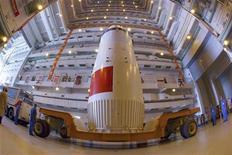 """<p>Космический корабль """"Шэньчжоу- 7"""" находится в сборочном цехе в центре запуска спутников в Цзюцюань, 22 сентября 2008 года Китайский космический корабль """"Шэньчжоу- 7"""" с тремя космонавтами на борту успешно завершил четырехдневную миссию и вернулся на Землю в воскресенье. REUTERS/Stringer (CHINA)</p>"""