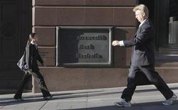 <p>Pedestrians walk past a Commonwealth Bank shop front in central Sydney October 7, 2008. REUTERS/Tim Wimborne</p>