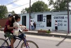<p>Foto de archivo de unos niños andando en bicicleta durante el período de elecciones en Buenos Aires, 28 oct 2007. Una bicicleta es dejada sin cadena en una de las más elegantes avenidas de Buenos Aires. Cuarenta y un minutos después, un hombre cae en la tentación y tras explorar la zona se sube al rodado y huye rápidamente. REUTERS/Bernardino Avila (ARGENTINA)</p>