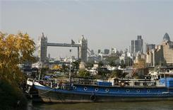 <p>A garden barge is pictured among other barges at Reeds Wharf in London September 28, 2008. Picture taken September 28, 2008. To match feature BRITAIN-BARGES/ REUTERS/Luke MacGregor</p>
