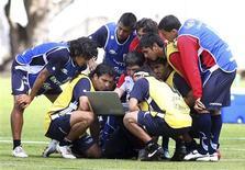 <p>Jogadores da seleção de futebol do Chile em treino em Quito, no dia 10 de outubro. O Chile precisa vencer o Equador na partida de domingo porque se trata de um rival direto na disputa por uma vaga na Copa de 2010, e para isso terá de anular o habilidoso atacante Cristian Benítez, disse na sexta-feira o ex-jogador da seleção chilena Iván Zamorano. FOR EDITORIAL USE ONLY. NOT FOR SALE FOR MARKETING OR ADVERTISING CAMPAIGNS.</p>
