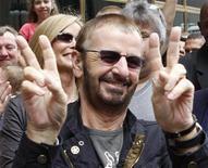 <p>Foto de archivo del ex Beatle Ringo Starr a su llegada a Chicago para celebrar su cumpleaños 68, 7 jul 2008. Ringo Starr, le pidió a sus admiradores que dejen de enviarle cartas y pedidos de autógrafos, explicando que este tipo de correo será desechado en las próximas semanas debido a que tiene muchas cosas que hacer. REUTERS/Frank Polich</p>