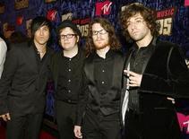 """<p>Los miembros de la banda de rock Fall Out Boy en la ceremonia de la entrega de los premios MTV Video Music Awards 2007 en Las Vegas 9 sep 2007. La banda Fall Out Boy retrasó el lanzamiento de su nuevo disco en seis semanas, para el 16 de diciembre, debido a que la fecha de estreno de """"Folie a Deux"""" coincidía con el día de las elecciones presidenciales de Estados Unidos. REUTERS/Mike Blake (EEUU)</p>"""