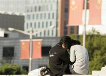 <p>A young couple embraces in the People Square in Shanghai, October 15, 2008. REUTERS/Aly Song</p>