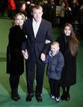 <p>Foto de archvio de Madonna, su esposo Guy Ritchie y dos de sus hijos en el estreno de 'Arthur and the Invisibles' en Londres 15 oct 2008. La cantante de pop estadounidense y el director de cine británico, Guy Ritchie, llegaron a un acuerdo para divorciarse, dijo el miércoles la portavoz de la estrella en Londres. REUTERS/Kieran Doherty/Files (GRAN BRETANA)</p>