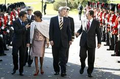 <p>France's President Nicolas Sarkozy (L) walks Governor General of Canada Michaelle Jean (2nd L), Canada's Prime Minister Stephen Harper (2nd R) and European Commission President Jose Manuel Barroso (R) before the start of a meeting at the Citadelle in Quebec City October 17, 2008. REUTERS/Christinne Muschi</p>