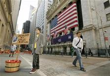 <p>Jeremy Conway, 13, sells apples while dressed in period costume outside the New York Stock Exchange in New York, September 30, 2008. REUTERS/Lucas Jackson</p>
