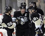 <p>Pittsburgh Penguins Kris Letang (58), Miroslav Satan (81) and Evgeni Malkin (R) congratulate teammate Sidney Crosby (C) on his 100th career goal during the third period of their NHL game in Pittsburgh, Pennsylvania, October 18, 2008. REUTERS/ Jason Cohn</p>