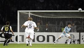 <p>Il gol di Alessandro Del Piero al Real Madrid. REUTERS/Stefano Rellandini</p>